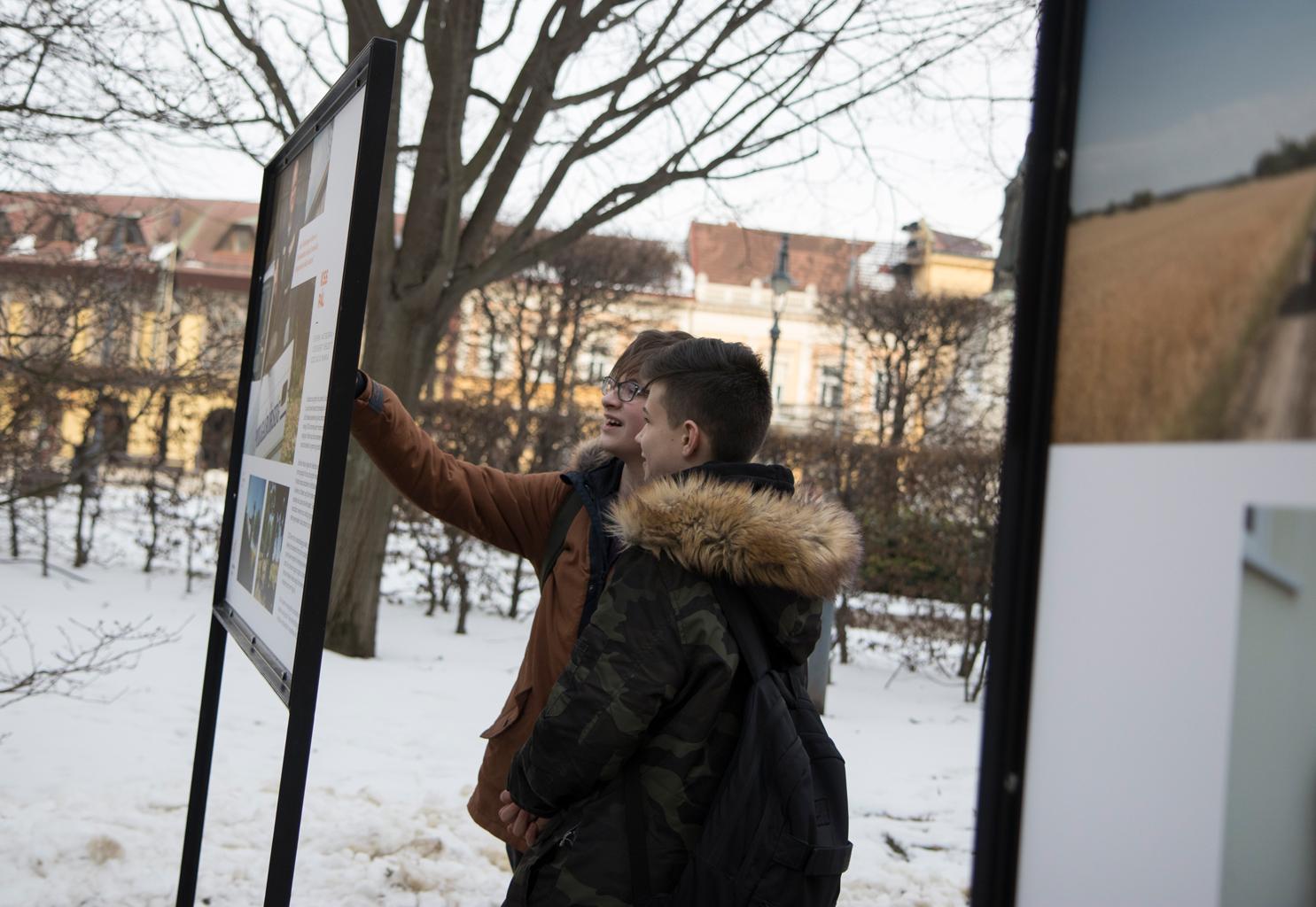 Dehir.hu: Debrecenbe érkezett a Jószolgálat-díj szabadtéri kiállítása